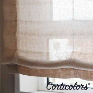 Foto de un estor paqueto en el que se muestra la diferencia que tiene con un estor plegable, como se puede observar en la foto la diferencia es el recogido de la tela, que en este caso crea un efecto más orgánico y natural por la ausencia de varillas.